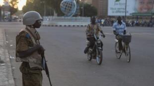 (Photo d'illustration) Un soldat burkinabè monte la garde devant un bâtiment, le 2 novembre 2014, à Ouagadougou.