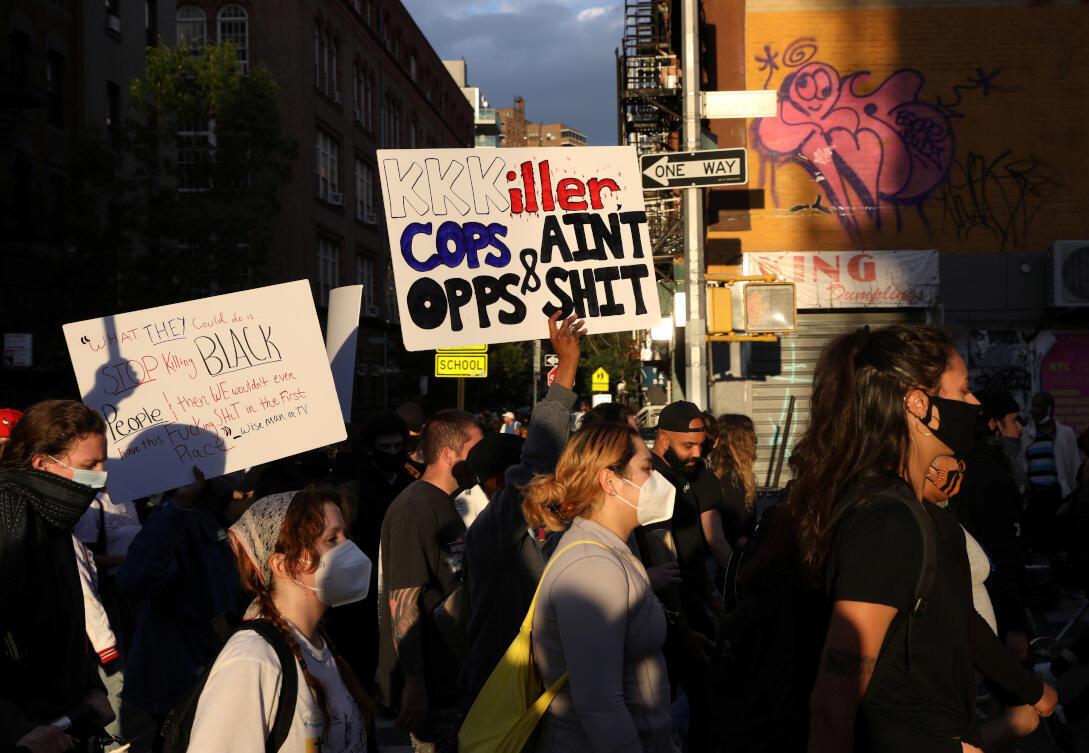 Des manifestants se mobilisent contre la mort, à Minneapolis, en garde à vue de George Floyd, dans le quartier de Manhattan à New York. États-Unis, le 1er juin 2020.