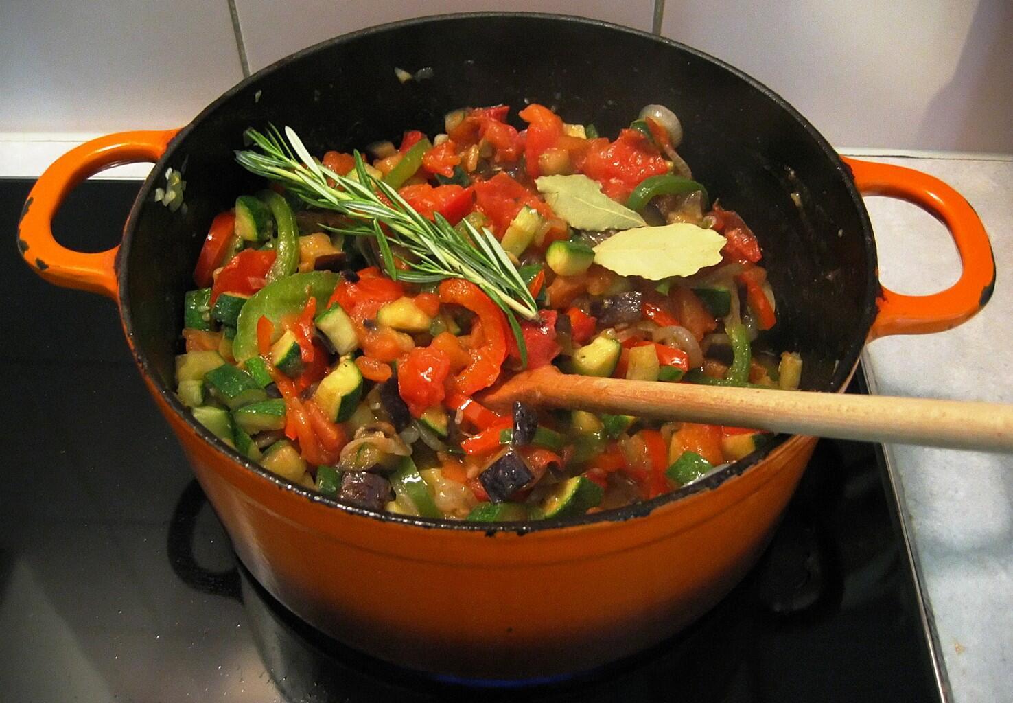 Рататуй - самый простой и популяный овощной гарнир, который каждый готовит по-своему