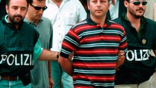 Gaspare Spatuzza (C) escorté par la police à Palerme.