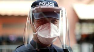 4月25日,法国戛纳街头,一名执行任务的市政警察。