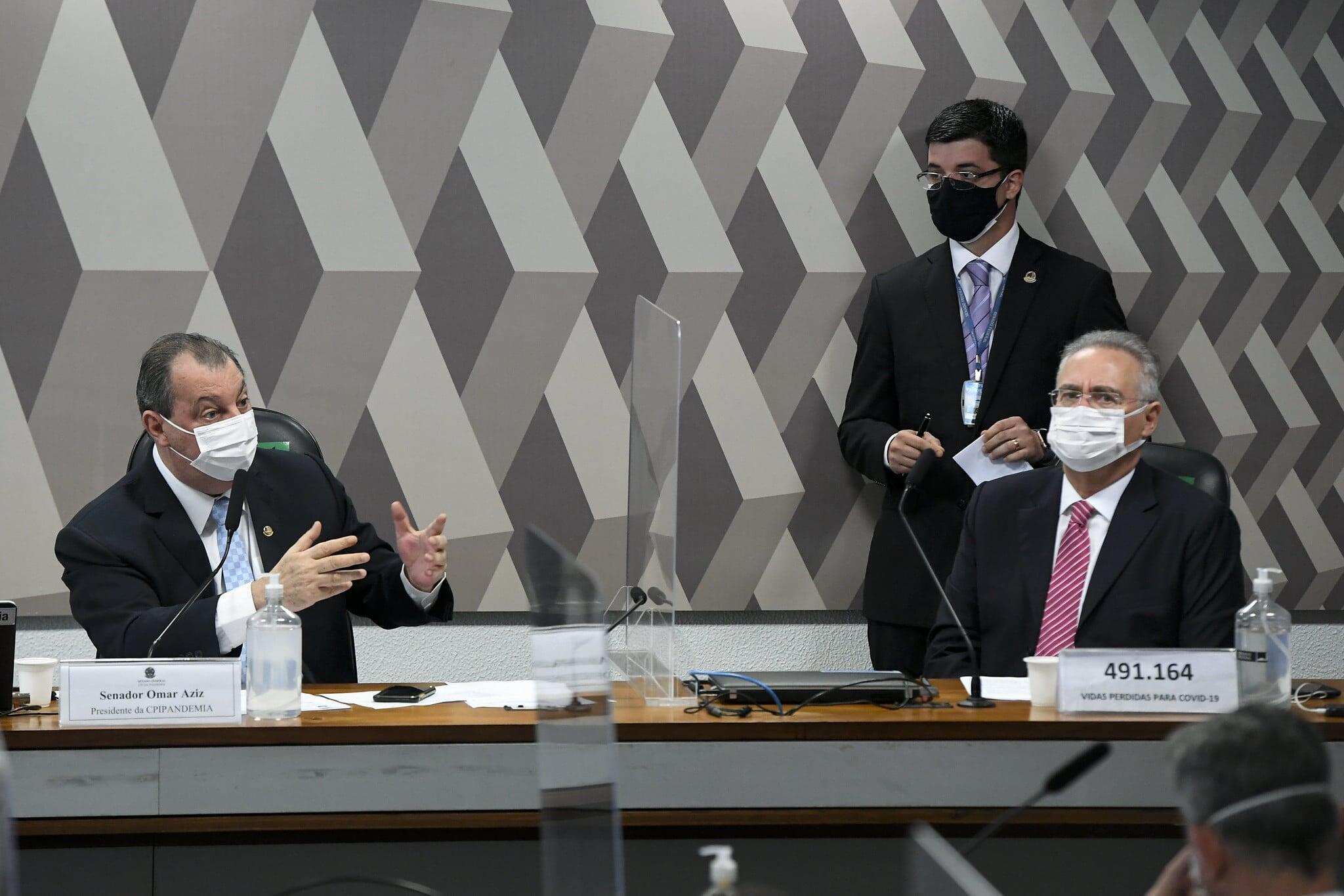 O presidente da CPI da Covid-19, senador Omar Aziz (PSD-AM), e o senador Renan Calheiros (MDB-AL), à direita, relator da comissão.