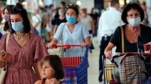 Uso de máscaras passou a ser obrigatório em todos os locais fechados na França.