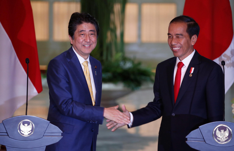 Indonesia : Thủ tướng Nhật Shinzo Abe (T) và tổng thống Indonesia Joko Widodo trong cuộc họp báo chung, ngày 15/01/2017.