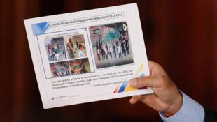 Le président vénézuélien, Nicolas Maduro, tient une pancarte sur laquelle on peut voir les «fausses images» présentées par Ivan Duque à l'ONU.