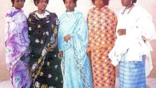 De gauche à droite : Gargari, Koyo, Zaïro shim fal'a 3 exemples de coiffure chez les Kanuri, au Nigeria.