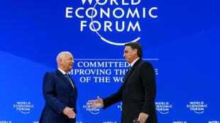 O presidente brasileiro, Jair Bolsonaro (direita), e o fundador e presidente do Fórum de Davos, Klaus Schwab, na terça-feira (21).