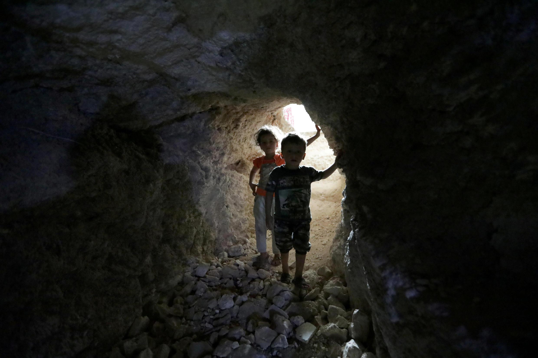 Những đứa trẻ ẩn náu trong một đường hầm ở Idleb, Syria, ngày 03/09/2018.