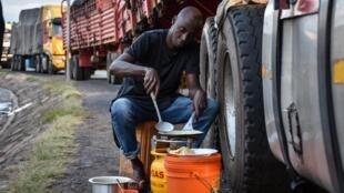 Un chauffeur routier tanzanien en attente depuis 5 jours d'entrer au Kenya, à Namanga, au nord de la Tanzanie, le 5 mai 2020.