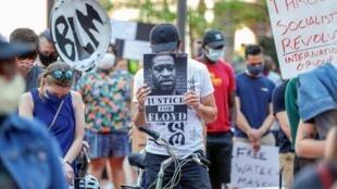 Des Américains réclament justice le 29 mai 2020 après la mort de George Floyd lors de son interpellation à Minneapolis.