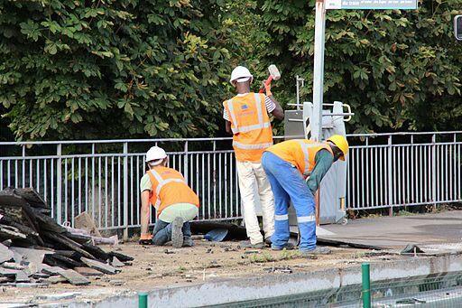Франции ежегодно недостает для ремонта иподдержания дорог от200 до300миллионов евро. На фото: ремонт дороги в парижском пригороде Жиф-сюр-Иветт