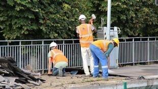 Operários da construção civil em Gif-sur-Yvette, na região parisiense.