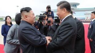 Kim Jong-un e Xi Xinping, seu aliado na luta contra as sanções, durante a visita do presidente chinês à Coreia do Norte em junho de 2019.
