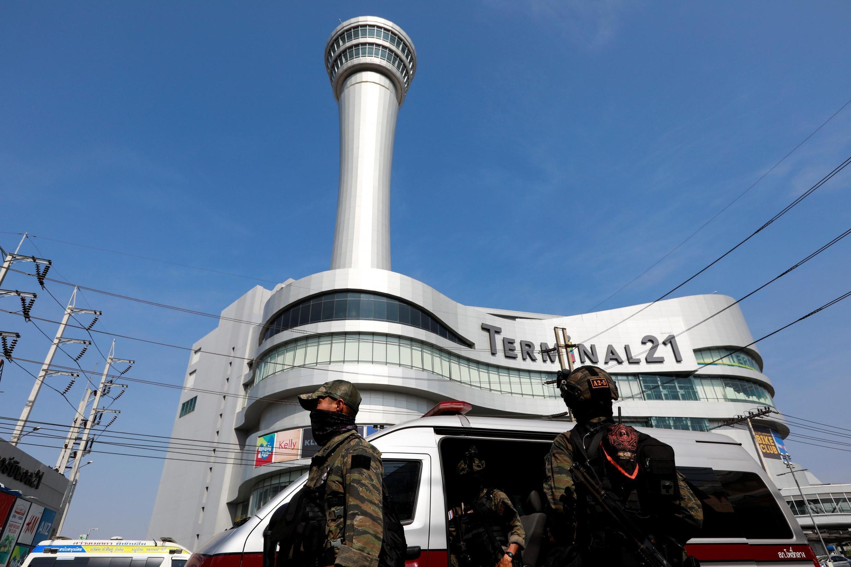 Lực lượng an ninh bao vây trung tâm thương mại bên trong kẻ xả súng đang cố thủ tại Nakhon Ratchasima, Thái Lan ngày 9/02/2020.