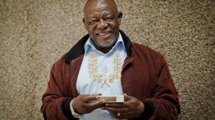 Le poète sud-africain Mongane Wally Serote pose avec le prestigieux prix Golden Wreath qu'il a reçu le 4 septembre 2012 à Pretoria, en Afrique du Sud.