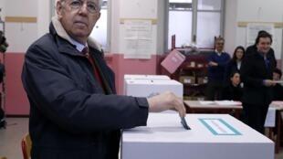 Mario Monti, dans un bureau de vote à Milan, le 24 février 2013.