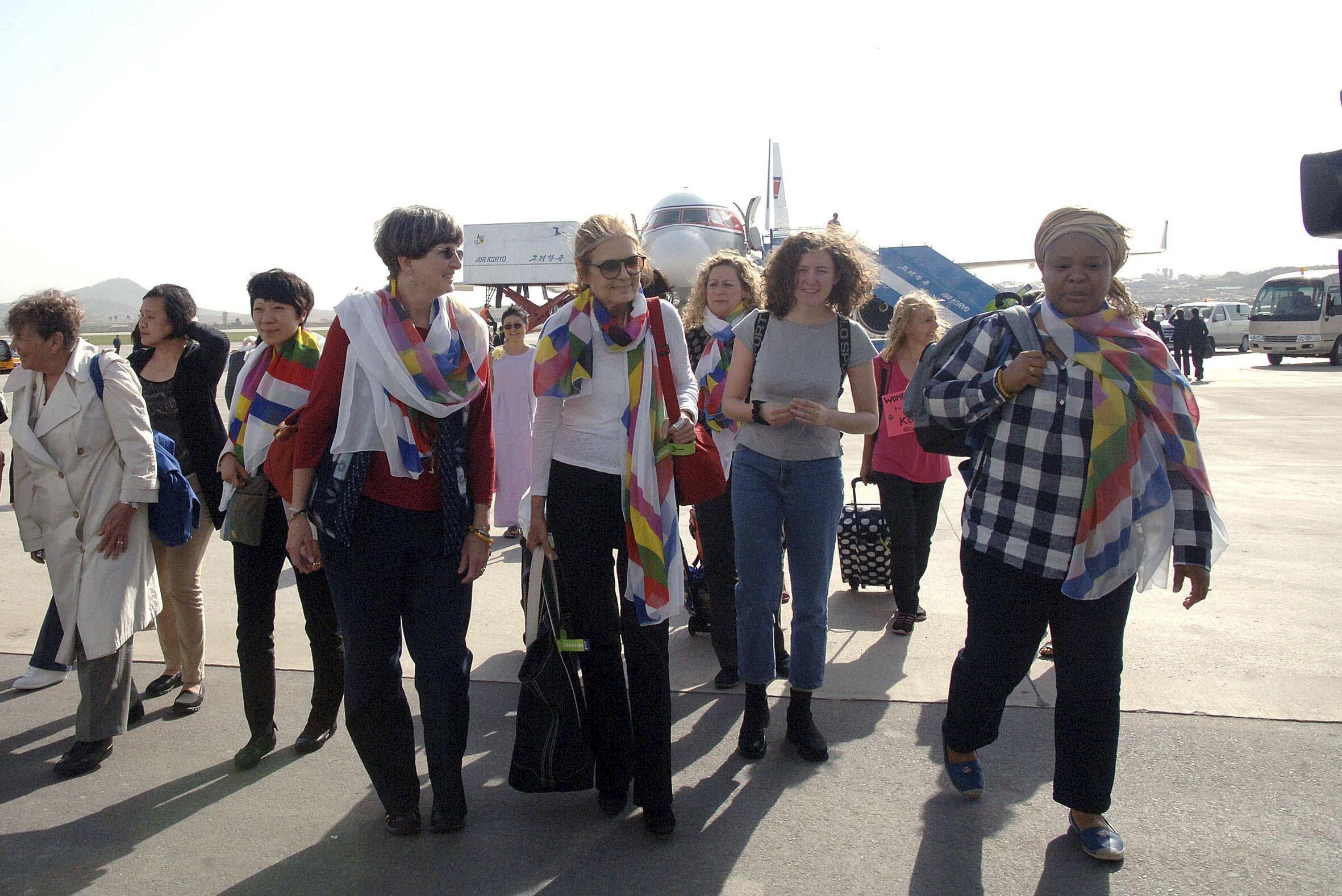 Đoàn phụ nữ quốc tế đi bộ vì hòa bình. Ảnh do KCNA cung cấp ngày 19/05/2015.