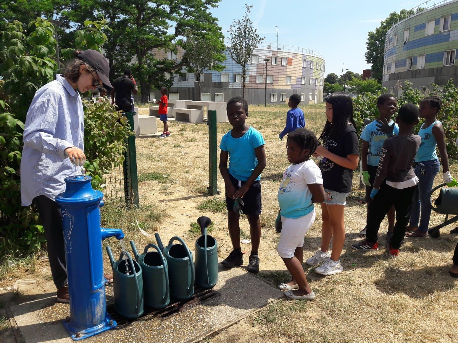 Los niños participan activamente en este jardín de La Grande Borne.