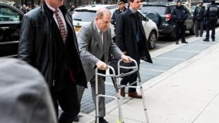 Le producteur américain Harvey Weinstein lors de son arrivée à son procès tenu à New York, le 7 janvier 200.