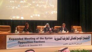 Conférence de presse finale, après deux jours de réunion à laquelle une centaine d'opposants ont participé sous l'égide de l'Arabie saoudite. Riyad,  le 10 décembre 2015,