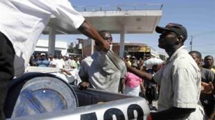 Un pillard est arrêté à Port-au-Prince par les forces de l'ordre, le 16 janvier.