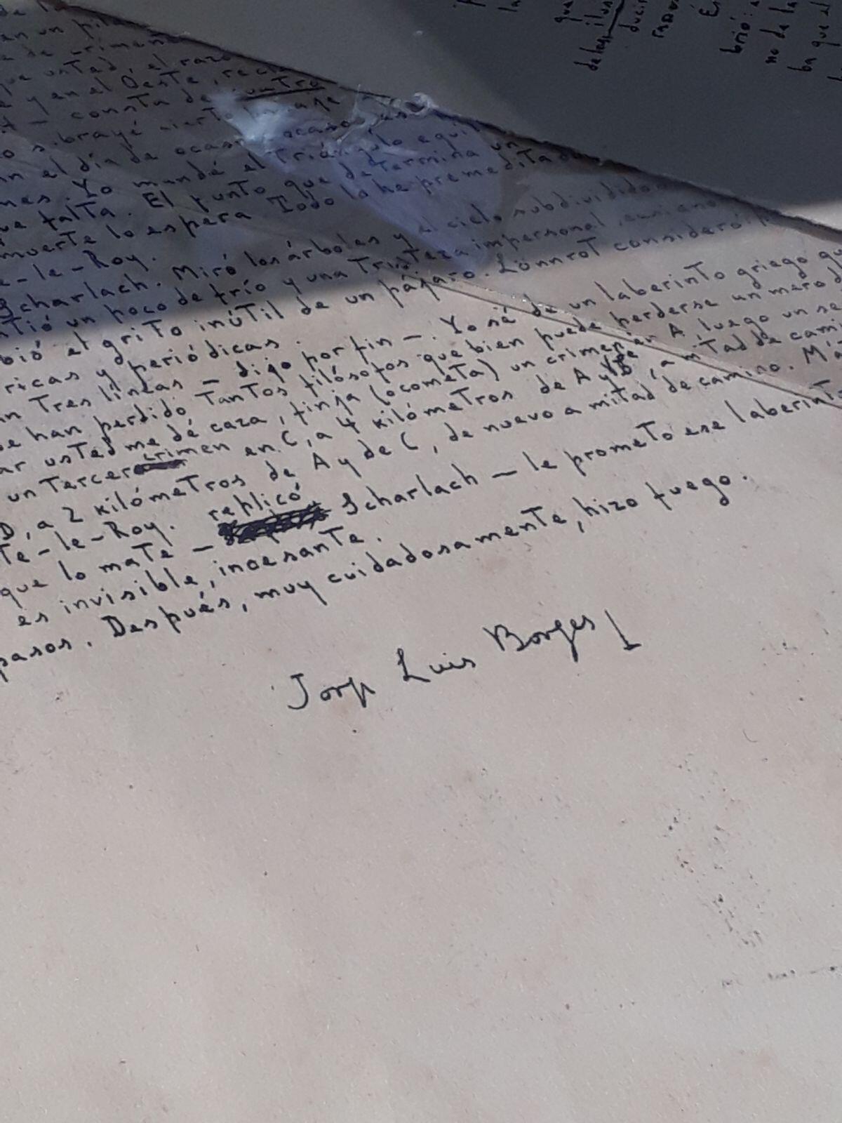 """Manuscrito de Jorge Luis Borges """"La muerte y la brújula"""". Expositor, Víctor Aizenman."""
