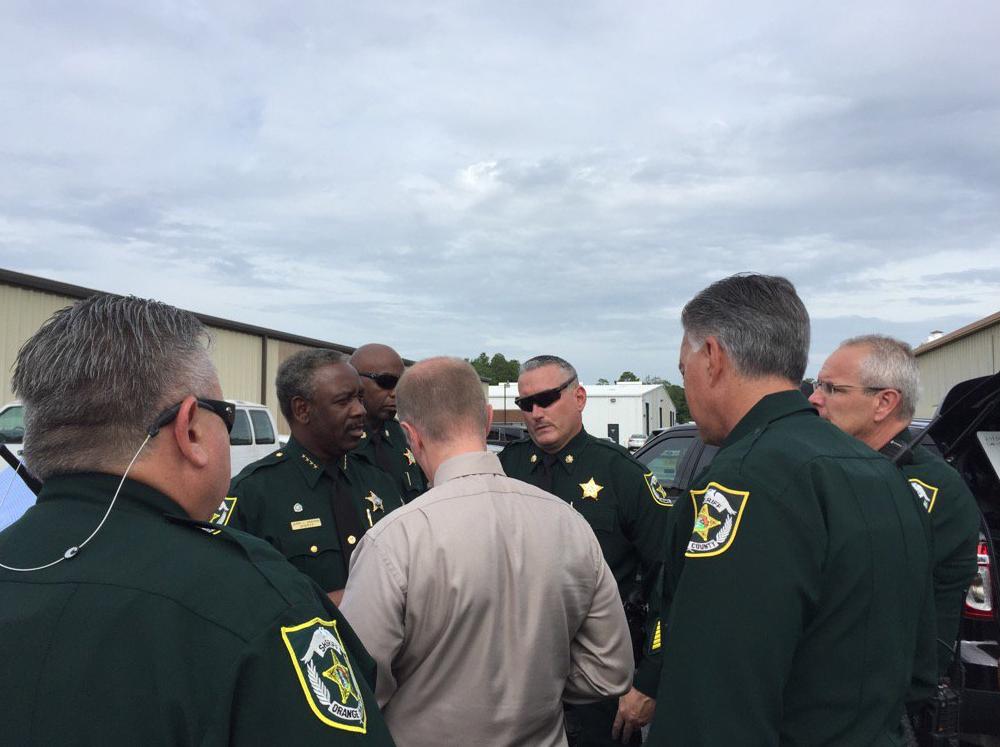 Policiais reunidos no local do tiroteio em Orlando, na Flórida, que teria deixado vários mortos nesta segunda-feira (5).
