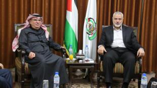 Mohammed el-Emadi, représentant l'Etat du Qatar, avec le leader du Hamas Ismaël Haniyeh, le 24 janvier 2019 à Gaza.