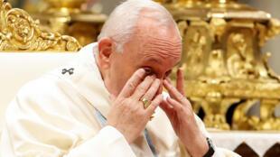 O papa Francisco faz uma pausa para se recuperar durante a missa em que criticou com veemência a violência contra as mulheres.