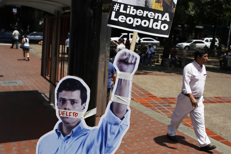 """Cartaz dizendo """"Libertem Leopoldo"""" acompanham a foto do opositor Leopoldo Lopez em Caracas, nesta quarta-feira, 4 de junho de 2014."""