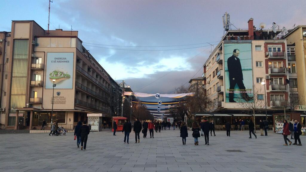 Le boulevard mère Theresa à Pristina avec les bannières célébrant le dixième anniversaire de l'indépendance.