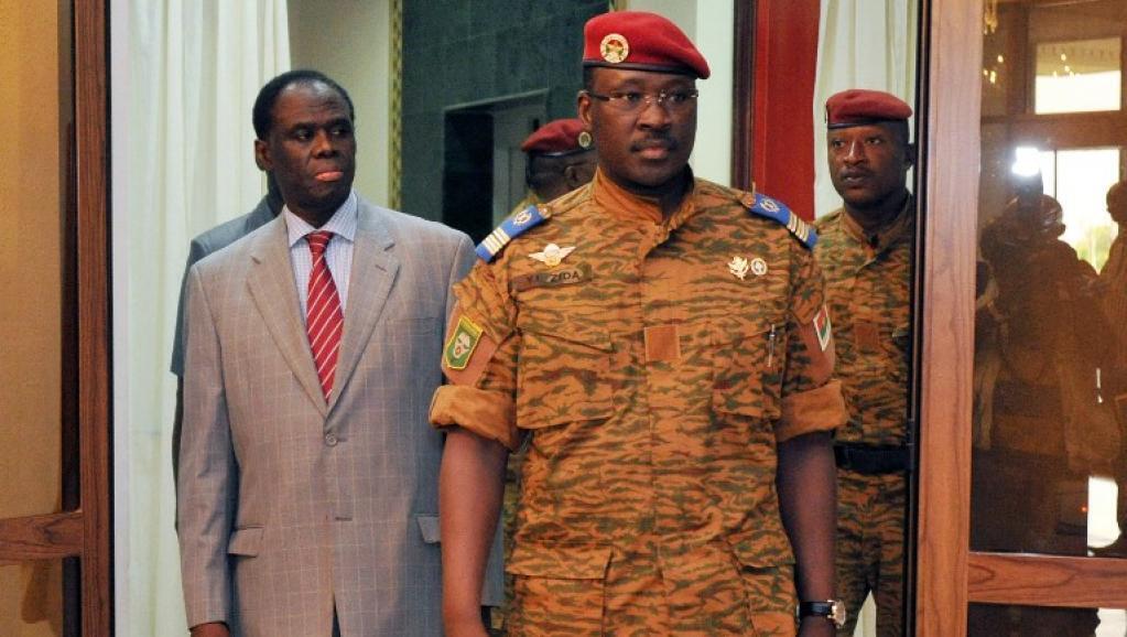 Michel Kafando, le président par intérim du Burkina Faso (g) et le lieutenant-colonel Isaac Zida (d.) de sont partagés respectivement les portefeuilles des Affaires étrangères et de la Défense.