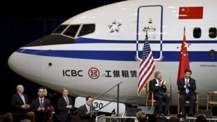 中國國家主席習近平(右)和波音總裁雷-康納(左)在波音公司2015年9月23日