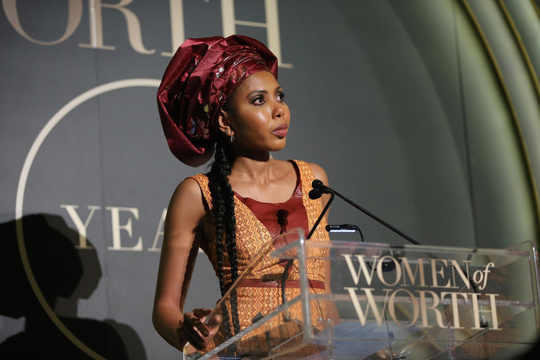 La Gambienne Jaha Dukureh a été distinguée en décembre 2015 par L'Oréal lors de son gala de charité annuel Women of Worth récompensant notamment des femmes qui font avancer la société.