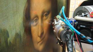 Fotografía tomada durante la serie de exámenes del cuadro de Mona Lisa o La Gioconda:  la espectrometría  de fluorescencia de rayos X es realizada delante de las obras en el Museo del Louvre.