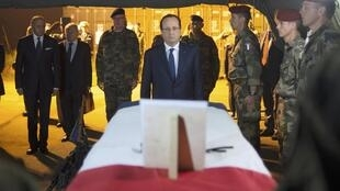 François Hollande in front of the coffins of the two French soldiers killed in Bangui
