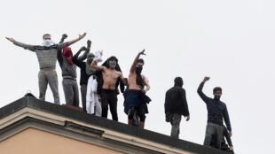 Des détenus sur le toit de la prison de San Vittore, lors d'une émeute après la suspension des visites des familles en raison de craintes de contagion de coronavirus, à Milan, le 9 mars 2020.