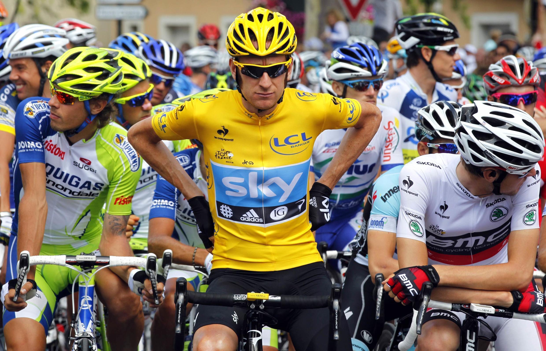 Bradley Wiggins, ciclista britânico à frente do pelotão nos Pirinéus.