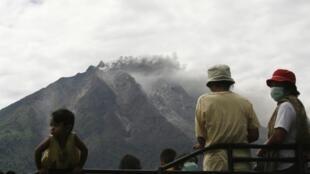 O vulcão Sinabung entrou em erupção, neste domingo (15), na ilha de Sumatra, na Indonésia.