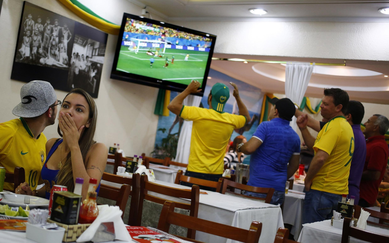 Quang cảnh ở một quán ăn Sao Paulo : Dù thiếu Neymar, nhưng dân Brazil không tin là đội nhà sẽ thua - REUTERS