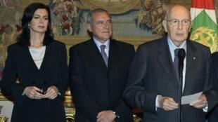 Giorgio Napolitano après sa réélection. A ses côtés: la présidente de la Chambre basse Laura Boldrini (gauche) et son homologue de la Chambre haute Pietro Grasso. Rome, le 20 avril 2013.