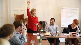 Une réunion tranquille de Danois en recherche d'emploi au Café Cadeau de Copenhague autour de Malene Gregaard Wilsly.