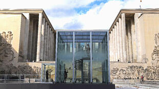 Trong thời gian trùng tu, cổng vào viện bảo tàng nằm ở phía sông Seine, Paris, Pháp.