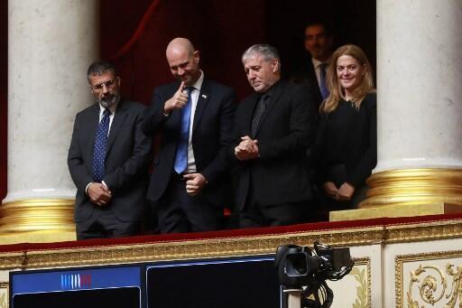 Membros do Parlamento Israelense (da esquerda para direita) Yossi Yonah, Amir Ohana e Meir Cohen participam de uma sessão de perguntas ao Governo na Assembléia Nacional Francesa em Paris, em 6 de fevereiro de 2018.
