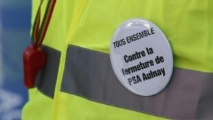 Un employé de PSA, le jour de l'ouverture du Mondial de l'automobile. Paris, le 29 septembre 2012.