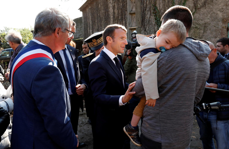 Президент Франции Эмманюэль Макрон встретился 22 октября 2018 года с пострадавшими от наводнения в департаменте Од на юге Франции