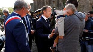 Presidente francês Emmanuel Macron em visita ao distrito de Aude a 22 de Outubro de 2018.