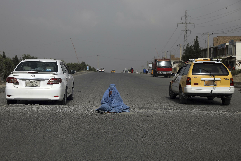 7月31日喀布尔郊区一名女子沿街乞讨
