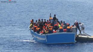 Bateau de migrants dans le détroit de Sicile, entre l'île de Lampedusa et la Libye, mai 2016.