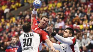 Le Norvégien Sander Sagosen, face aux défenseurs hongrois Zoltan Zsita (g) et Bence Bandhidi, lors du tour prinical de l'Euro, le 17 janvier 2020 à Malmoe